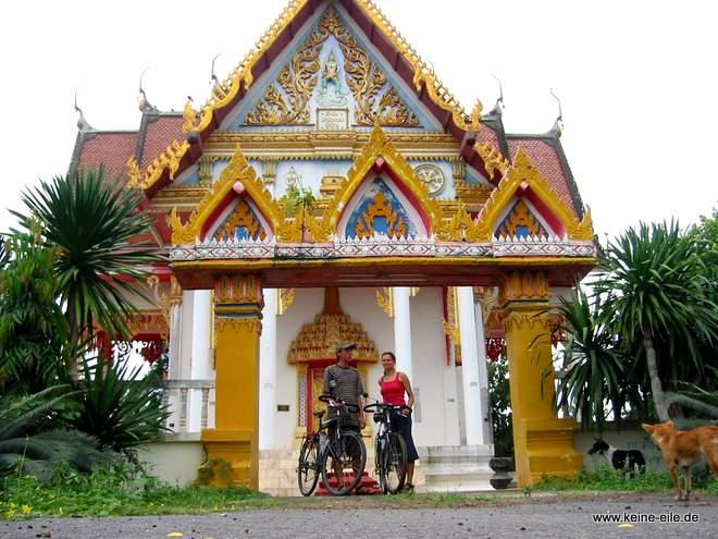 Kanchanaburi: Gruppenbild mit Tempel