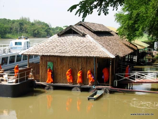 Mönche bei einer Schiffstaufe