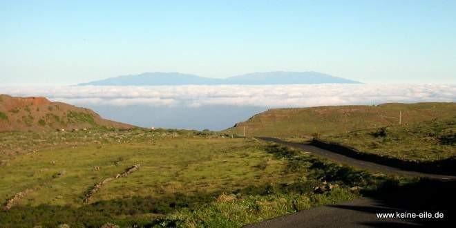 Radreise Kanaren: Der Blick auf den Teide auf Teneriffa von La Gomera aus