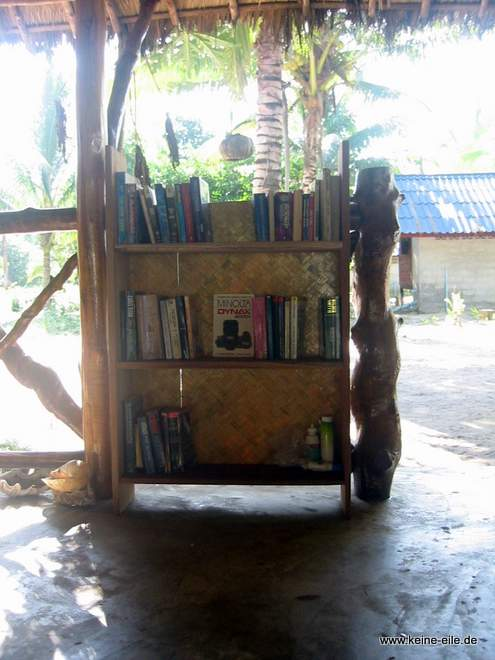 Bücherregal auf Ko Phayam