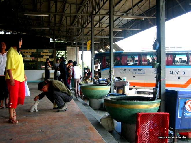 Zwischenstopp an einer Busstation auf dem Weg nach Pang Si Lathon, Thailand