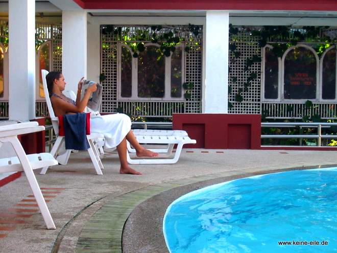 Rundreise Thailand: Steffi am Hotelpool in Ranong