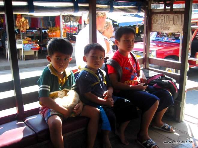 Rundreise Thailand: Kinder im Taxi