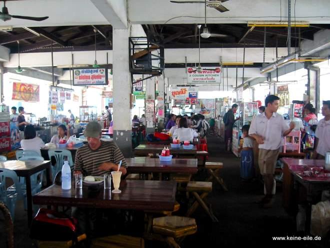 Essen auf dem Markt in Siúkhothai, Thailand