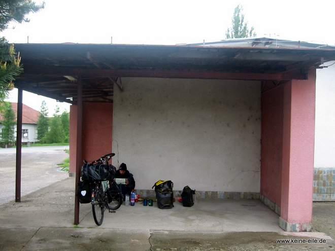 Pause in einer Bushaltestelle