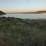 Blick über den Fluss auf die Düne Praia da Bordeira