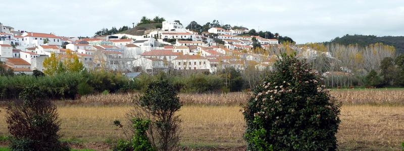Portugal, Algarve, Aljezur: Ausblick vom Flusstal auf die Stadt Aljezur