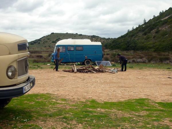 Vorbereitungen zum Lagerfeuer am Strand