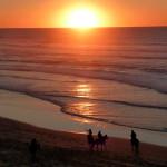 Portugal, Algarve, Aljezur, Praia do Vale Figueiras-Reiter bei Sonnenuntergang