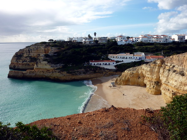 Reisebericht Praia da Marinha, Algarve, Portugal: Benagil liegt auf einer kurzen Landzunge