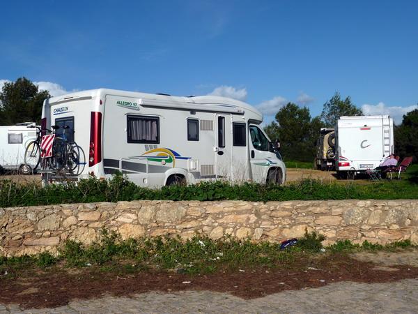 im Laufe des Tages füllte sich der Parkplatz am Praia Marinha