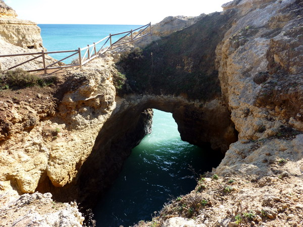 Reisebericht Praia da Marinha, Algarve, Portugal: Wir kamen an riesigen Löchern vorbei
