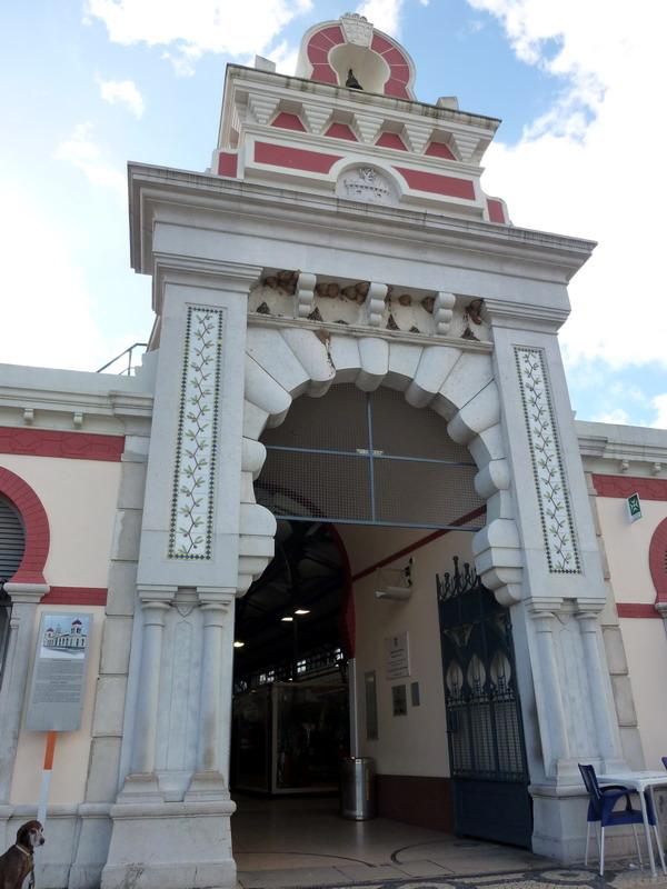 Das Portal der Markthalle von Loulé, Algarve, Portugal