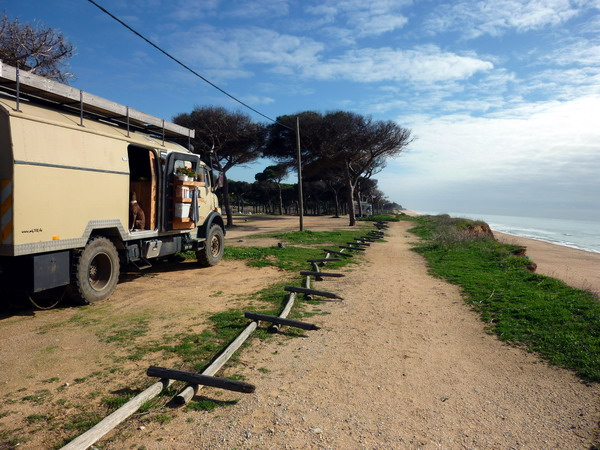 parken an der Sandkante bei Quarteira, Algarve, Portugal