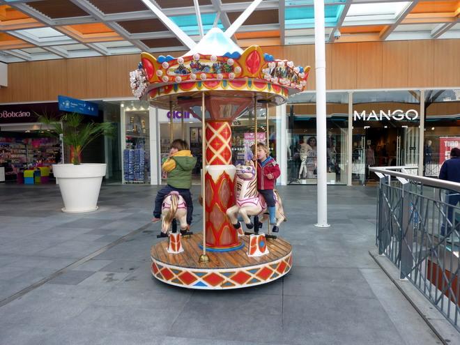 Theo und Hugo und dem Pferdchen-Karussell im Einkaufszentrum