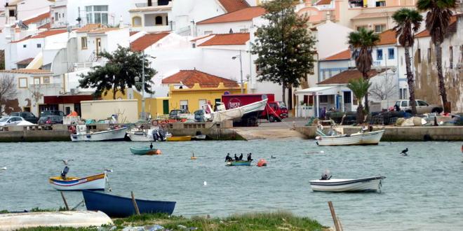 der Fischerhafen in Ferragudo, Algarve, Portugal - die Kormoran-Gang auf dem Boot