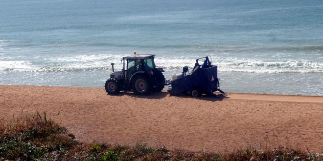 Die Saisaon ist eröffnet, der Strand wird gefegt