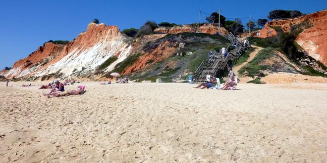 erste Bikinis liegen am Strand