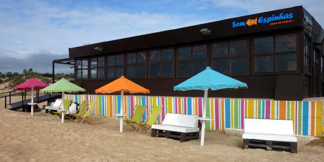 Ein Strandrestaurant hat bunte Stühle vor die Tür gestellt