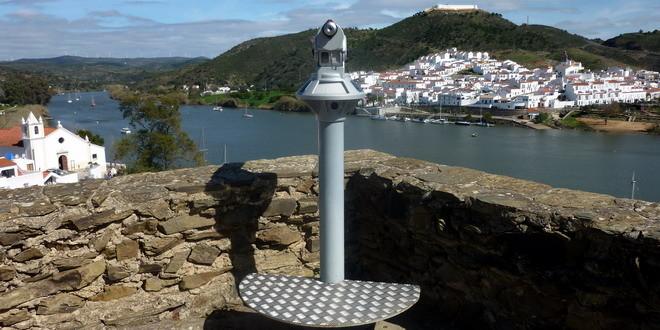 Fernrohr auf der Burg von Alcoutim, Algarve, Portugal