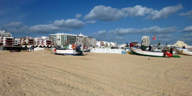 Fischerboote am Strand von Monte Gordo, Algarve, Portugal