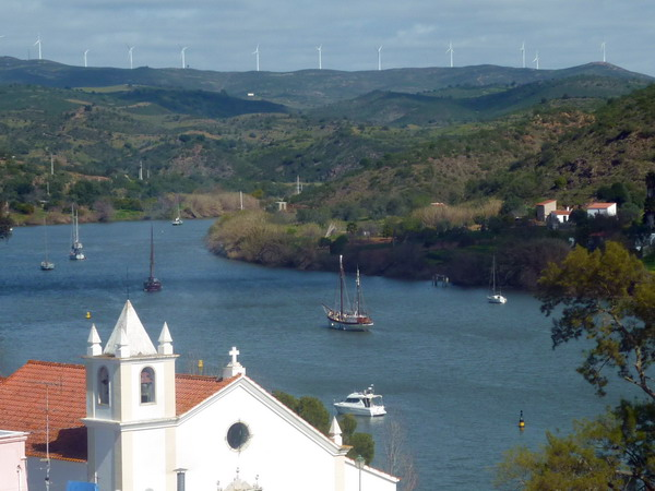 Schifffe auf dem Guadiana bei Alcoutim, Algarve, Portugal