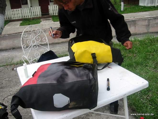 Packtaschen schwärzen