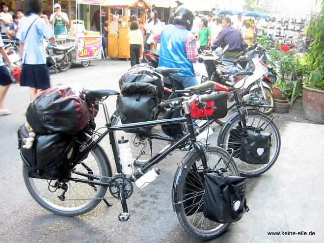 Reiserad mit Packtaschen