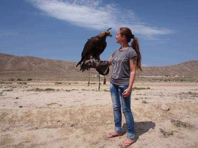 Beatrice Sonntag mit Adler in Kirgistan