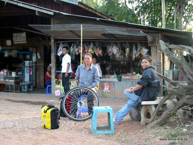 warten auf den Bus, der uns nach Bangkok bringen soll