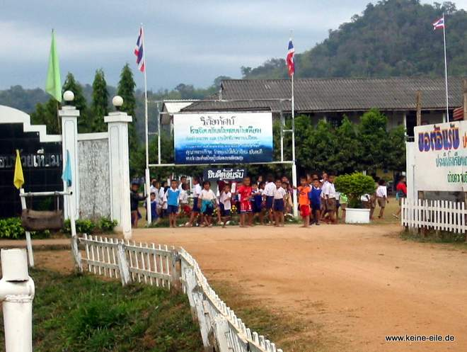 Radrundreise Thailand: winkende und jubelnde Schulkinder