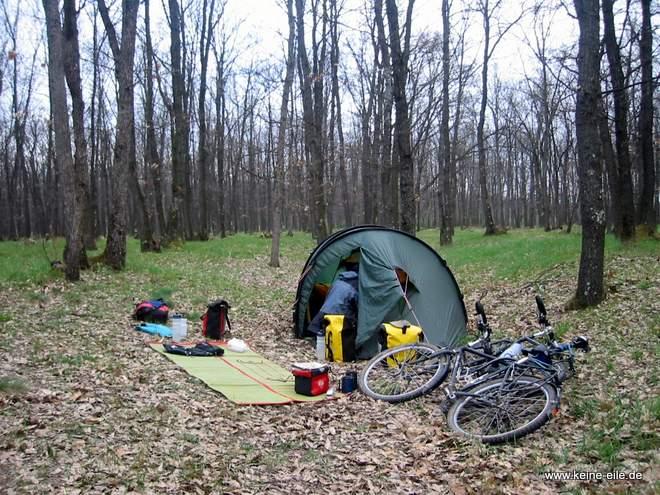 Radreise Rumänien: Zelten im Wald