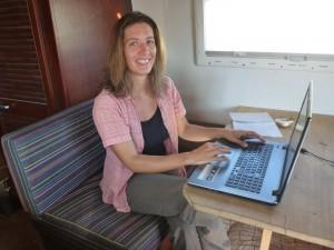 Digitale Nomaden Spanien: Nima an ihrem Arbeitsplatz im Wohnmobil