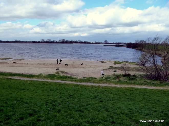 Wir machen noch einen Spaziergang. Der Bunker liegt ja direkt an der Weser.