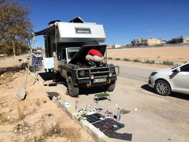 Mercedes Geländewagen G W461 Iran: Schrauben am Straßenrand