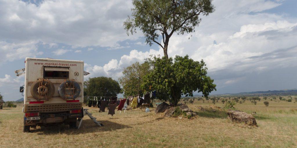 Mercedes 815 Wäsche im NP in Uganda