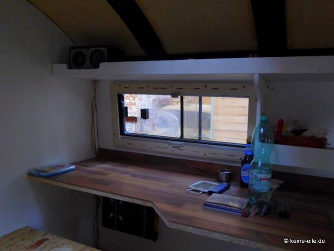 Wohnmobil Selbstausbau Direkt neben der Küche jetzt endlich ein Schreibtisch. Den gab es früher nicht.