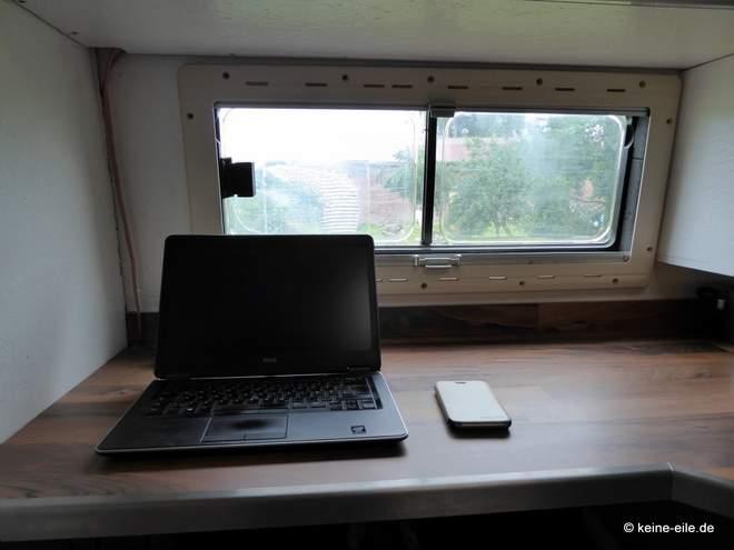 Wohnmobil Selbstausbau Vom Schreibtisch aus kann man auch immer schön hinaus sehen