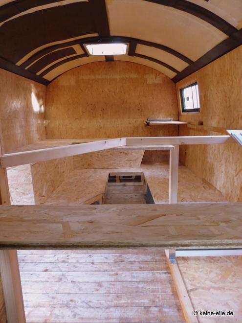 Wohnmobil Selbstausbau Blick vom Bett auf das Heck
