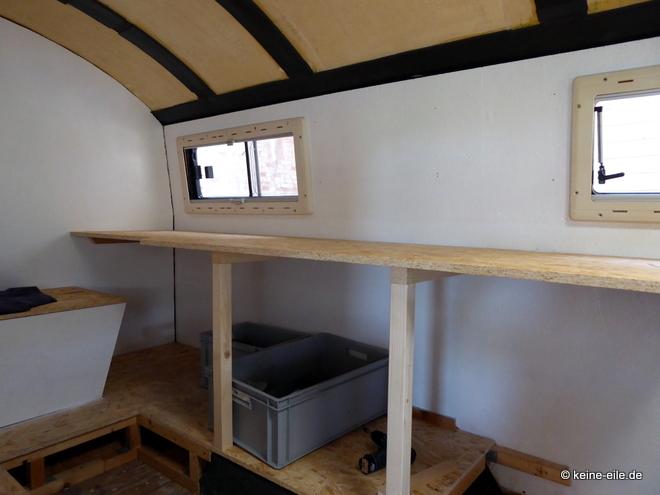 Wohnmobil Selbstausbau Unter der Küchenarbeitsplatte ist Stauraum und Platz für Kühlschrank und Backofen
