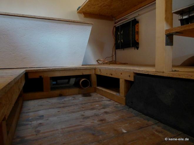 Wohnmobil Selbstausbau Unterm Wohnzimmer ist ein Podest. Was vor allem den Radkästen geschuldet ist