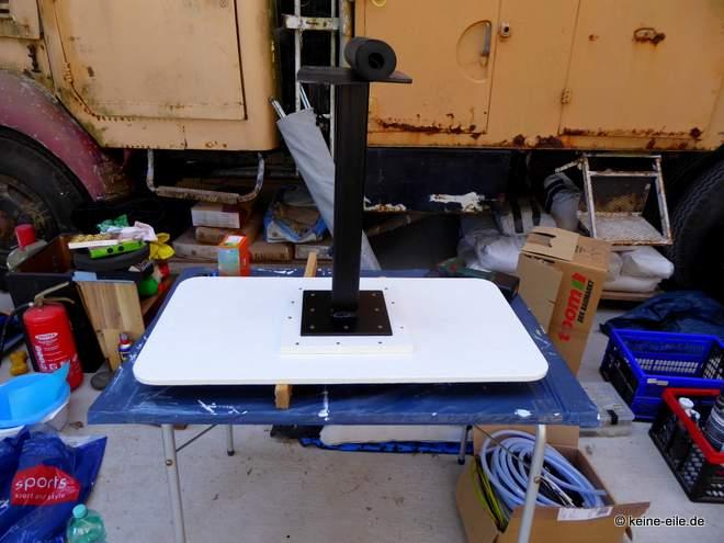 Wohnmobil Selbstausbau Der Tisch - frisch lackiert! Der Tisch ist höhenverstellbar.
