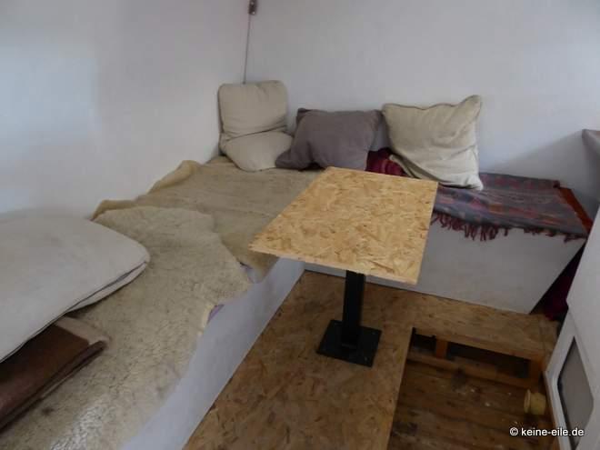 Wohnmobil Selbstausbau Das neue Wohnzimmer mit Tisch - noch nicht lackiert