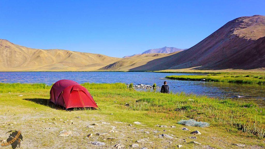 Weltreise Erfahrungen: Wildcampen an einem 4300 Meter hohen Bergsee im Nirgendwo des Pamir Gebirges im Grenzgebiet zwischen Tadschikistan und Afghanistan.