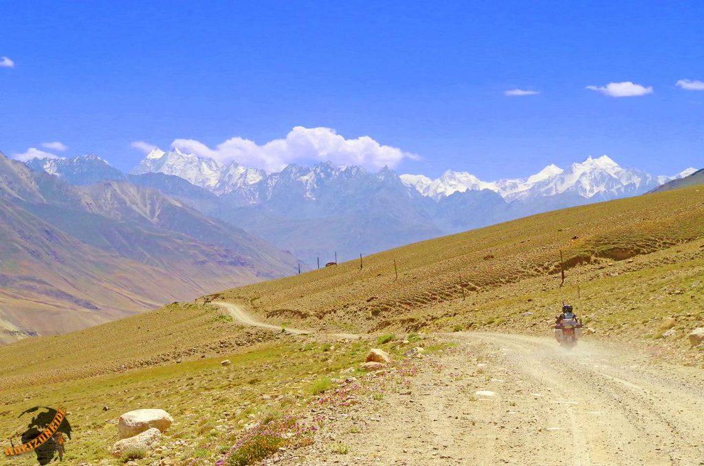 Weltreise Erfahrungen: Auf zwei Rädern fahren wir über Geröll- und Schotterpisten in Richtung Hindukusch.