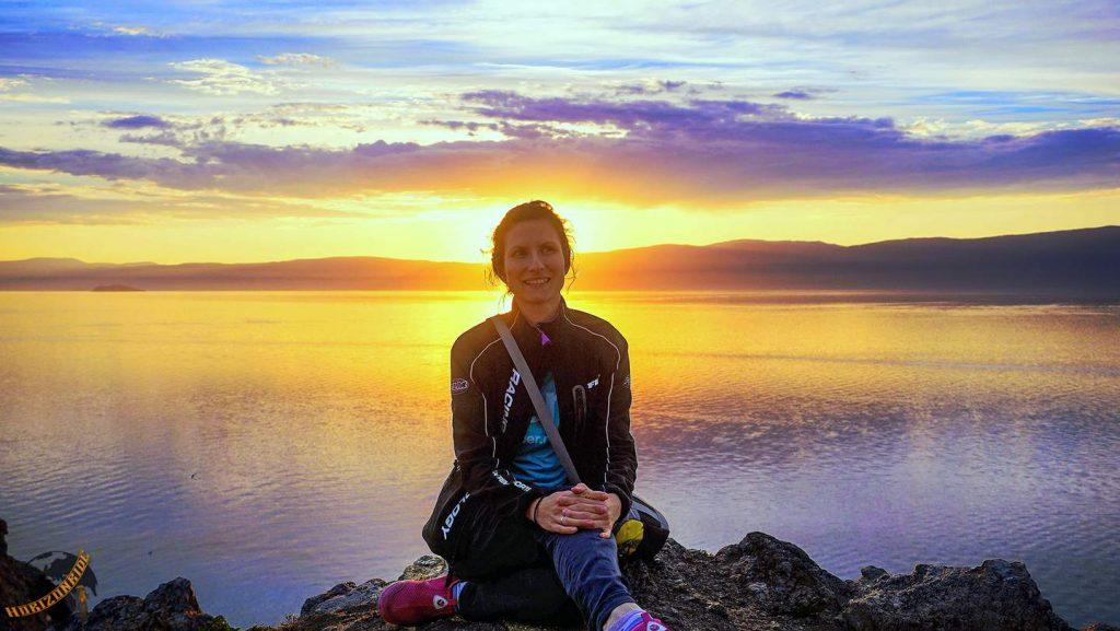 Weltreise Erfahrungen: Sonnenuntergang am Baikalsee. In der Stille und Geborgenheit dieses mystischen Sees, erholen wir uns von den Strapazen der letzten Monate.