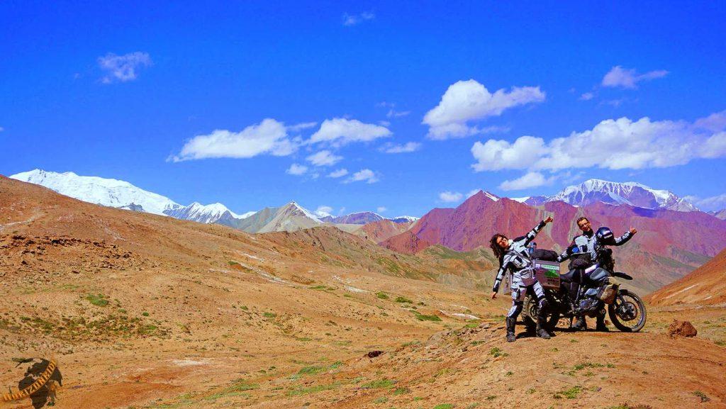 Weltreise Erfahrungen: Grenzübergang zwischen Kirgisistan und Tadschikistan: Dünne Luft auf 4600 Metern lässt uns schnell an der Höhenkrankheit leiden. Der Ausblick entschädigt uns aber königlich.