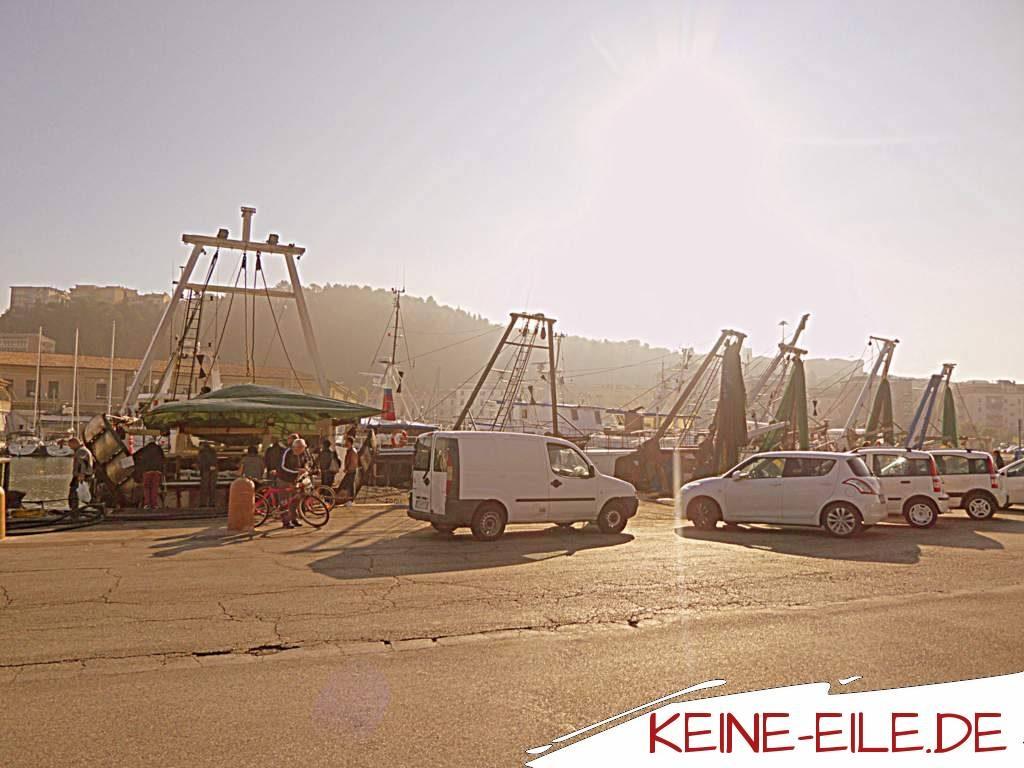 Camping an Bord: Warten auf die Fähre in Fano, Italien