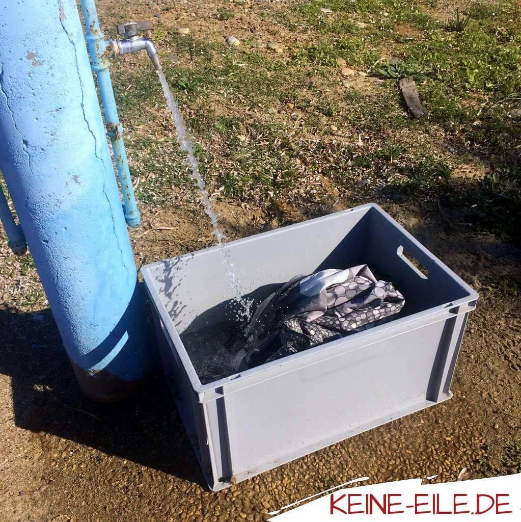 Wäsche waschen im Wohnmobil: Heute ist Waschtag. Da es auf dem Peloponnes keine Waschcenter gibt und wir keinen Bock auf Campingplatz haben, waschen wir selbst