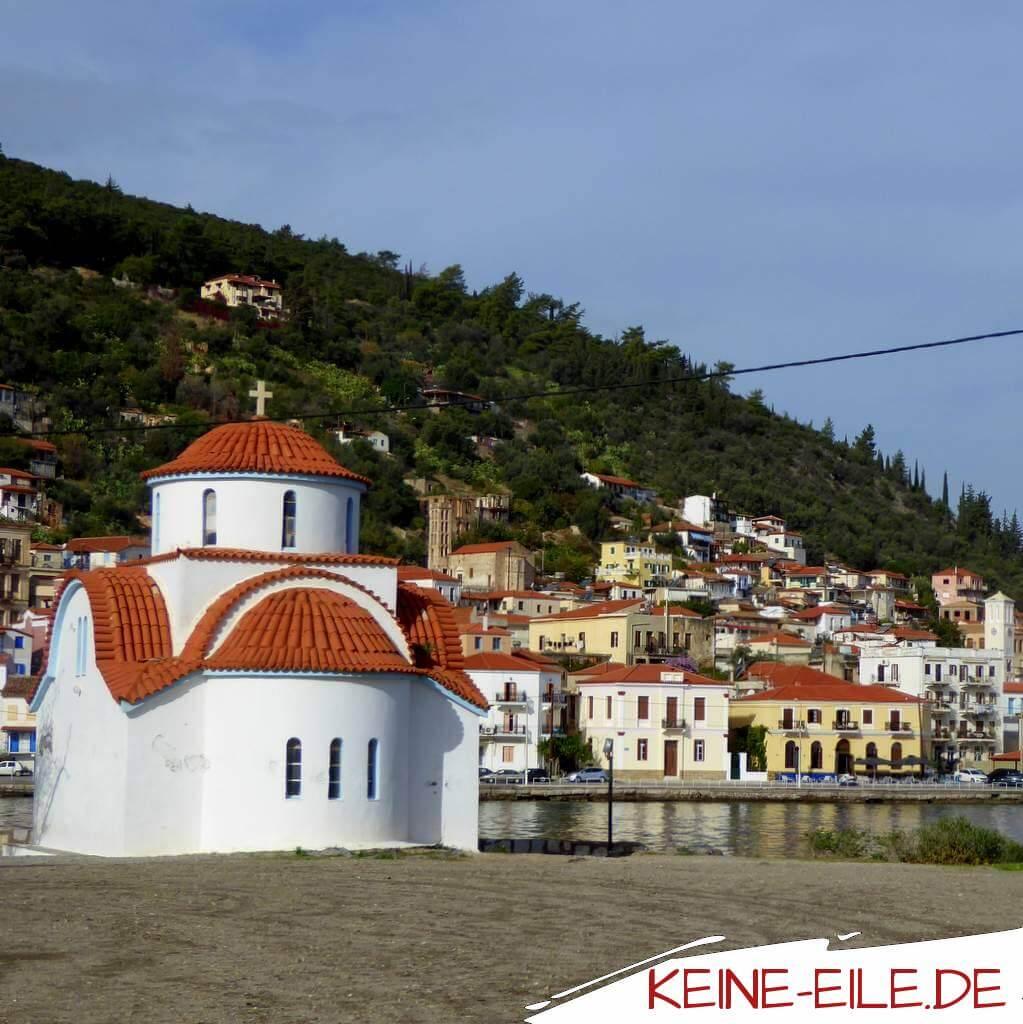 Gythio: Auf einaer Halbinsel steht diese aschnuckelige Kapelle mit schöner Aussicht auf den Ort